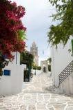 与Agia Triada教会和typi的Lefkes帕罗斯岛希腊海岛场面 库存照片