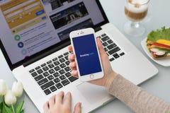 与app售票的IPhone 在屏幕上的com网上旅馆预订 免版税图库摄影