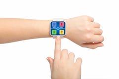 与app巧妙的家庭屏幕的被隔绝的女性手白色smartwatch 免版税图库摄影