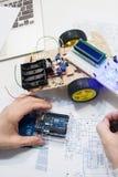 与arduino uno微型控制器的机器人学创作 免版税库存图片