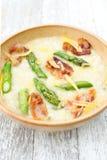与aspragus和烟肉,巴马干酪的意大利煨饭 免版税库存照片