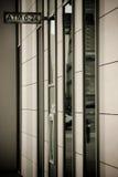 与atm的墙壁 免版税库存照片