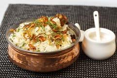 与balti盘和印度大米的印地安咖喱膳食 免版税库存照片
