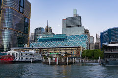与Barangaroo和Macquarie大厦的达令港都市风景 库存图片