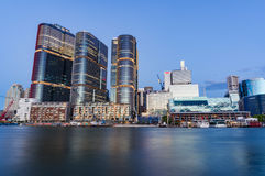 与Barangaroo大厦的悉尼都市风景在黄昏 免版税库存照片