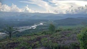 与barumun河的小山 免版税库存照片