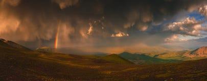 与beauriful云彩和一条彩虹的天空在雨以后 免版税库存图片
