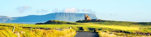 与Belbulbin山的著名Classiebawn城堡在背景在斯莱戈,爱尔兰 免版税库存图片