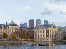 与Binnenhof的城市前景的地平线和湖 免版税图库摄影