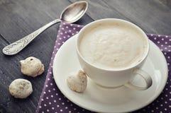 与biscotti的热奶咖啡 库存图片