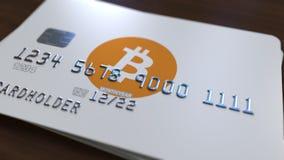 与bitcoin商标的塑料银行卡 cryptocurrency付款概念性3D翻译新的方式  库存图片