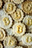 与bitcoin标志的曲奇饼 图库摄影