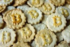 与bitcoin标志的曲奇饼 库存图片