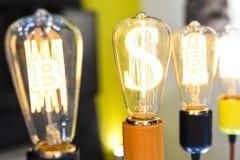 与Bitcoin标志的电灯泡 免版税库存照片