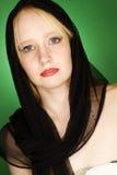 与blackl围巾的白肤金发的妇女时装模特儿 免版税库存图片