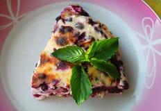 与bluberries和新鲜的薄荷叶子的被吃的乳酪蛋糕在上面 免版税图库摄影