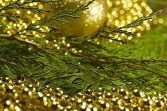 与bokeh光和迷离背景的圣诞树与decorat 免版税库存照片