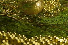 与bokeh光和迷离背景的圣诞树与decorat 免版税库存图片
