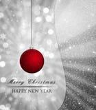 与bokeh光的银色圣诞节背景和红色,闪烁球,中看不中用的物品 库存照片