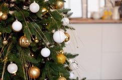 与bokeh的圣诞树分支球装饰新年在背景点燃 库存图片