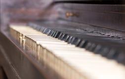 与bokeh的残破的钢琴钥匙 免版税图库摄影