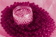 与bokeh的水桃红色胶凝体球 聚合物胶凝体 矽土凝胶 桃红色水凝胶球  与反射的水晶液体球 桃红色 库存图片