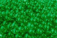 与bokeh的水绿色胶凝体球 聚合物胶凝体 矽土凝胶 绿色水凝胶球  与反射的水晶液体球 绿色 库存图片