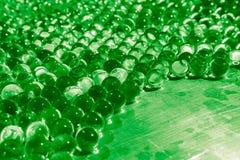 与bokeh的水绿色胶凝体球 聚合物胶凝体 矽土凝胶 绿色水凝胶球  与反射的水晶液体球 ?? 库存图片