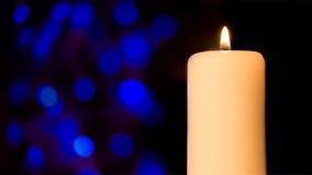 与bokeh的蜡烛在黑暗的背景 免版税库存照片