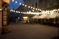 与bokeh的被弄脏的夜城市空的街道背景 免版税库存照片