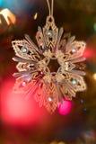 与Bokeh的闪耀的圣诞树装饰品 免版税图库摄影