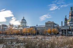 与Bonsecours市场和Notre贵妇人de好的妙语Secours教堂-蒙特利尔,魁北克,加拿大的老蒙特利尔地平线 免版税图库摄影