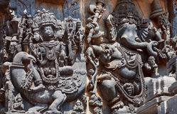 与Brahma阁下的古老安心天鹅和Ganesh的 第12个centur Hoysaleshwara寺庙在Halebidu,印度 免版税库存图片