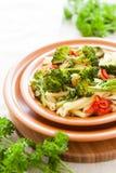 与brokkoli和胡椒的意大利面食 库存图片