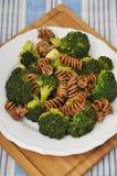 与brokkoli的整粒意大利面食 图库摄影