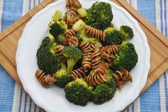 与brokkoli的整粒意大利面食 免版税库存图片
