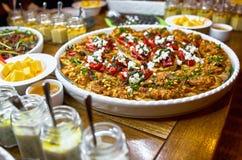 与Bruschetta、开胃菜和不同的调味汁的自助餐桌 hummus,牛肉,头脑,鲕梨,蕃茄 在一木土气tabl 免版税库存照片
