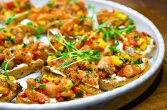 与Bruschetta、开胃菜和不同的调味汁的自助餐桌 hummus,牛肉,头脑,鲕梨,蕃茄 在一木土气tabl 图库摄影