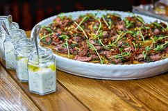 与Bruschetta、开胃菜和不同的调味汁的自助餐桌 hummus,牛肉,头脑,鲕梨,蕃茄 在一木土气tabl 库存图片