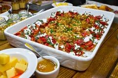 与Bruschetta、开胃菜和不同的调味汁的自助餐桌 hummus,牛肉,头脑,鲕梨,蕃茄 在一木土气tabl 库存照片