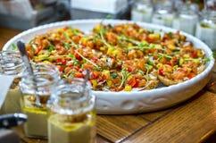 与Bruschetta、开胃菜和不同的调味汁的自助餐桌 hummus,牛肉,头脑,鲕梨,蕃茄 在一木土气tabl 免版税图库摄影