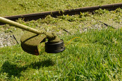 与brushcutters的草坪关心 免版税库存图片