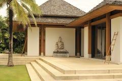 与Buddah雕象的泰国大厦 免版税库存照片