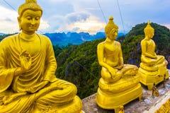 与buddhas在老虎洞寺庙, Wat Tham Suea,泰国的美好的观点 库存照片