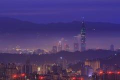 与builiding在日出钛前的著名101的台北盆地 免版税库存照片