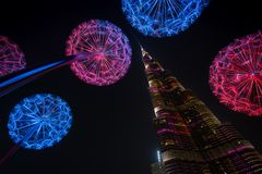与Burj哈利法的五颜六色的光在背景,阿拉伯联合酋长国中耸立 免版税图库摄影