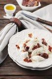 与burrata和干蕃茄的传统意大利开胃小菜 图库摄影
