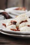与burrata和干蕃茄的传统意大利开胃小菜 库存照片