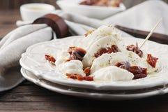 与burrata和干蕃茄的传统意大利开胃小菜 免版税图库摄影