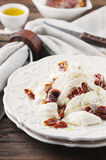 与burrata和干蕃茄的传统意大利开胃小菜 免版税库存图片